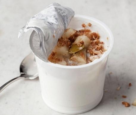 Jogurt z orzechami, gruszką i orzechem kokosowym